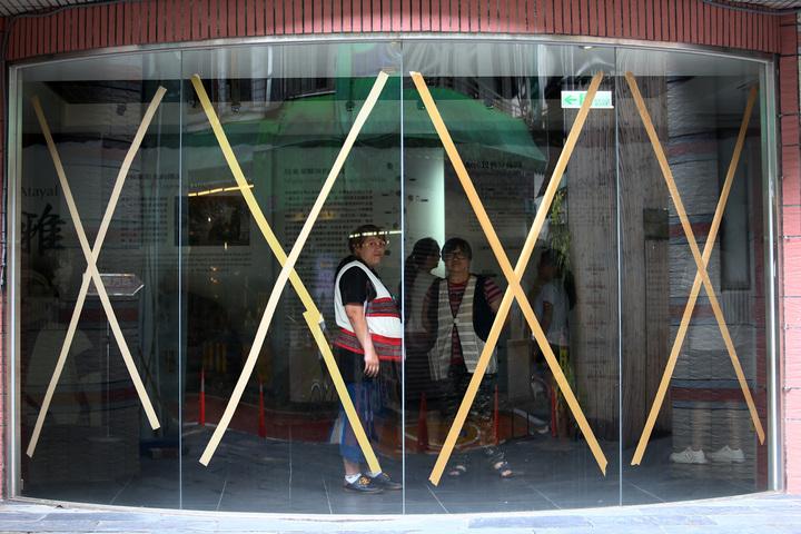 烏來老街上的泰雅民族博物館,大門玻璃都貼上膠帶,防止強風吹襲打破玻璃。記者杜建重/攝影