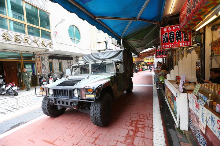 人來人往的烏來老街,中午時開進兩部悍馬車,載著12名特戰部隊官兵進駐烏來,防止意外發生。記者杜建重/攝影