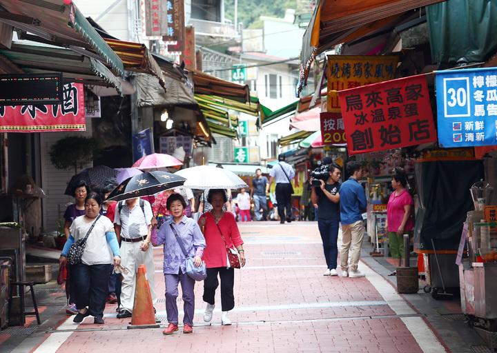 尼莎颱風步步進逼,但上午風雨不明顯,烏來老街仍有許多逛街的民眾。記者杜建重/攝影