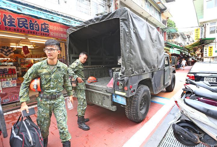 國軍特戰部隊攜帶包括衛星電話、GPS定位儀、無線話機等裝備進駐烏來地區待命。記者杜建重/攝影