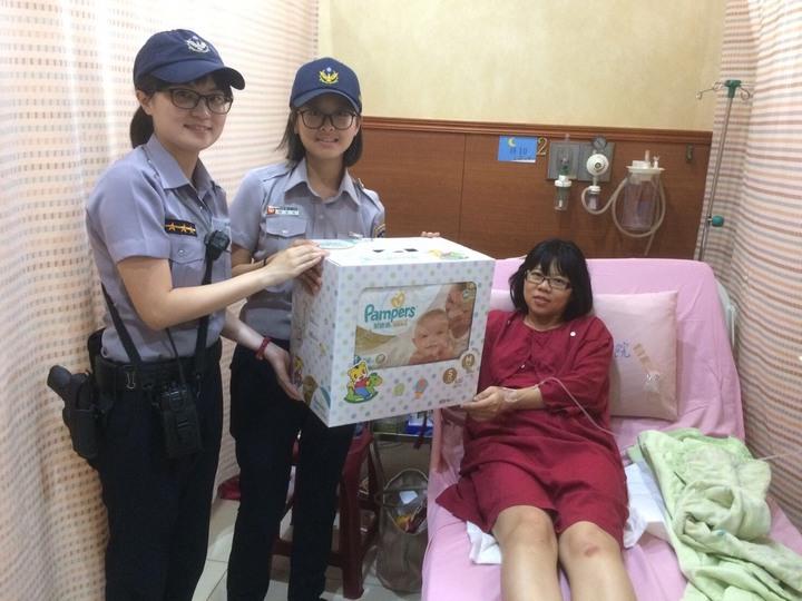 警方護送羊水破掉的婦人到醫院生產,還送上紙尿褲祝賀。記者鄭國樑/翻攝