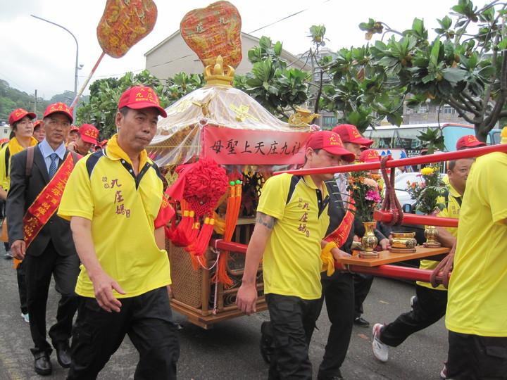 台中新社九庄媽今天早上出巡,到其他媽祖廟會香。記者游振昇/攝影