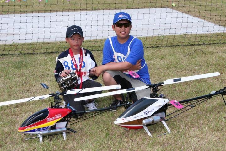 台灣選手柯奐辰(右)在2017「遙控直昇機世界冠軍賽」3D花式特技飛行項目中奪得冠軍,是台灣第一位獲得冠軍的選手,更是亞洲第一位冠軍選手,他九歲就開始參加正式比賽。圖/柯奐辰提供
