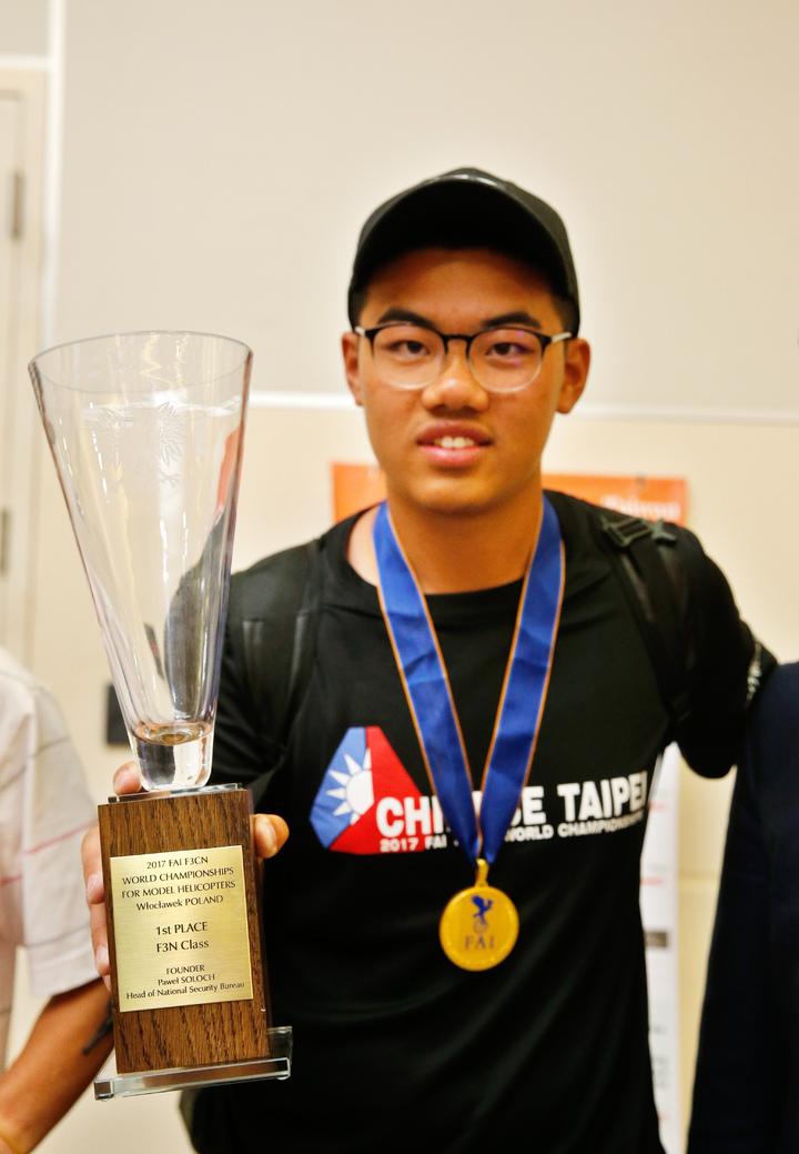 台灣選手柯奐辰在2017「遙控直昇機世界冠軍賽」3D花式特技飛行項目中奪得冠軍,是台灣第一位獲得冠軍的選手,更是亞洲第一位冠軍選手,他下午搭機回國時,展示自己得到的第一個冠軍獎盃。記者鄭超文/攝影