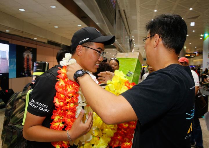 台灣選手柯奐辰在2017「遙控直昇機世界冠軍賽」3D花式特技飛行項目中奪得冠軍,是台灣第一位獲得冠軍的選手,更是亞洲第一位冠軍選手,親友們在桃園機場獻上花圈。記者鄭超文/攝影