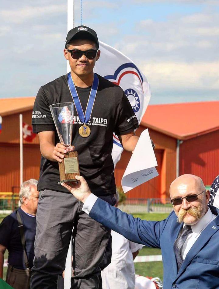台灣選手柯奐辰在2017「遙控直昇機世界冠軍賽」3D花式特技飛行項目中奪得冠軍,是台灣第一位獲得冠軍的選手,更是亞洲第一位冠軍選手。圖/柯奐辰提供
