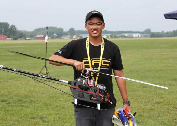 台灣選手柯奐辰在2017「遙控直昇機世界冠軍賽」3D花式特技飛行項目中奪得冠軍,是台灣第一位獲得冠軍的選手,更是亞洲第一位冠軍選手,柯奐辰使用的亞拓TREX 700 遙控直升機。圖/柯奐辰提供