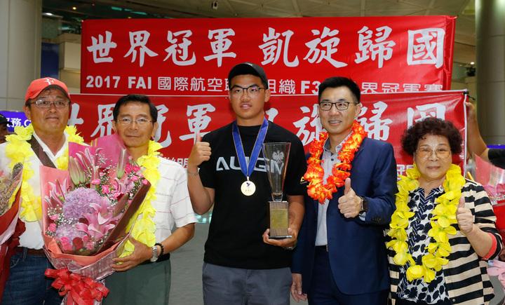 台灣選手柯奐辰(中)在2017「遙控直昇機世界冠軍賽」3D花式特技飛行項目中奪得冠軍,是台灣第一位獲得冠軍的選手,更是亞洲第一位冠軍選手,親友們跟他在機場一起合影。記者鄭超文/攝影