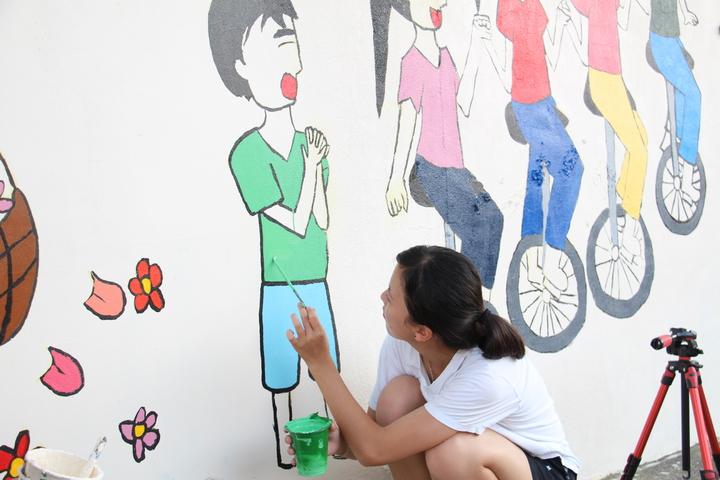 今年的協助彩繪的國際志工已是第二屆,遠從墨西哥、香港、大陸等各國前來協助社區再造。記者洪上元/攝影