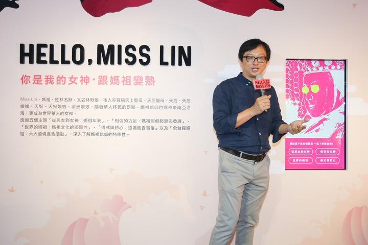中華文化總會推出首檔展覽「Hello,Miss Lin 跨界女神 數位遶境」,文總副秘書長張鐵志(圖)在現場進行導覽。記者黃威彬/攝影