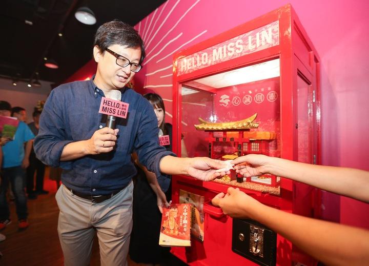 中華文化總會推出首檔展覽「Hello,Miss Lin 跨界女神 數位遶境」,文總副秘書長張鐵志(左)在現場介紹電動抽籤機。記者黃威彬/攝影