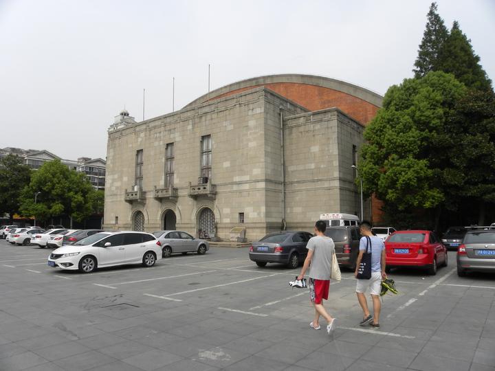 這棟是大上海計畫中的「上海市運動場」的室內體育館,目前為江灣體育館,幾經整修,目前仍在使用中。特派記者林則宏/攝影