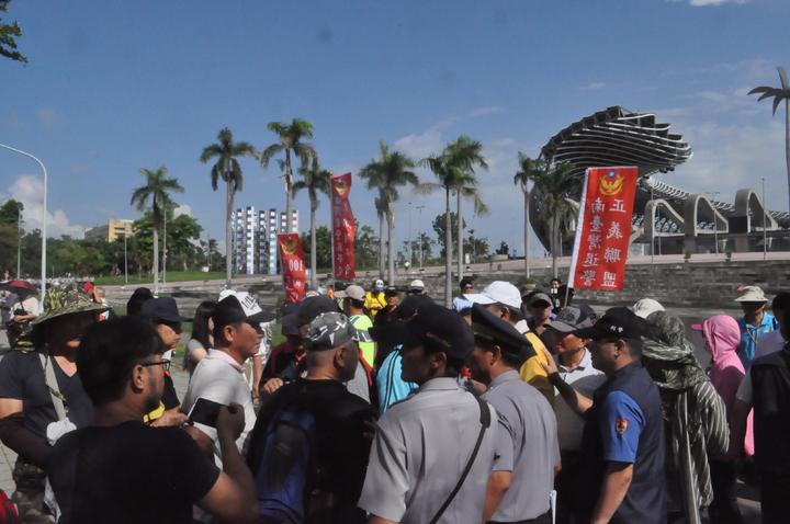 反年改民眾一度突破管制區徒步走向華夏路,警方柔性勸阻無效,增加支援警力圍住群群眾後,場面才未失控。記者黃宣翰/攝影