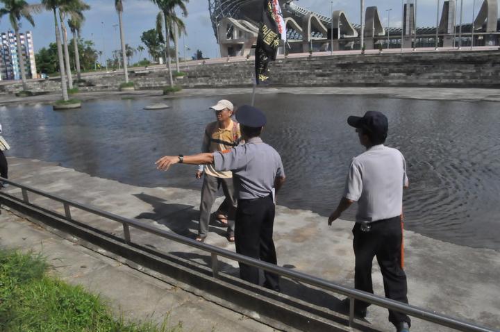 反年改民眾一度從半月池前突破管制區徒步走向華夏路,警方柔性勸阻無效,增加支援警力圍住群群眾後,場面才未失控。記者黃宣翰/攝影