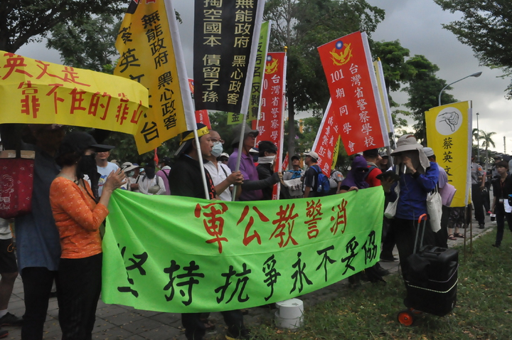 反年改民眾在國訓中心前拉布條抗議。記者黃宣翰/攝影