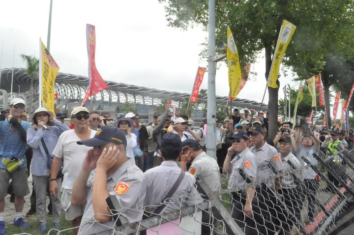 反年改民眾長鳴汽笛聲,向總統蔡英文抗議。記者黃宣翰/攝影