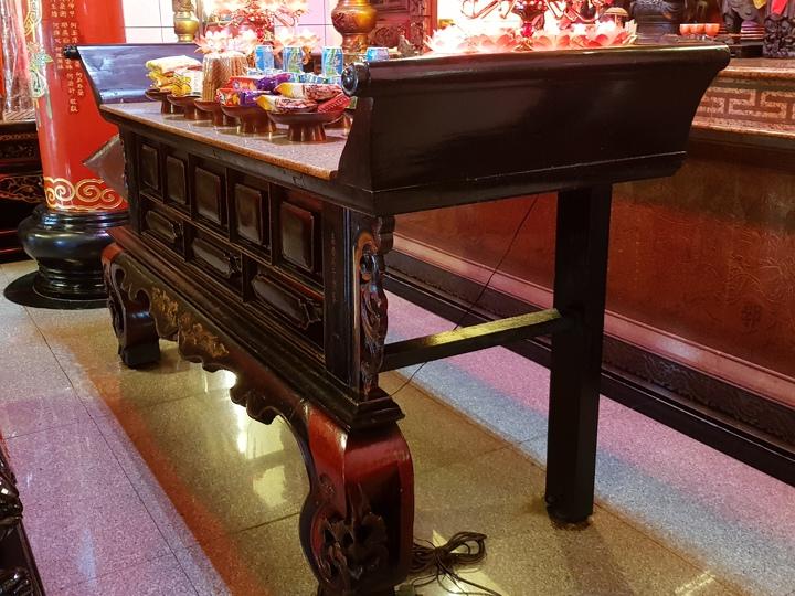 苗栗市天后宮清朝嘉慶年間製的神桌。記者黃瑞典/攝影