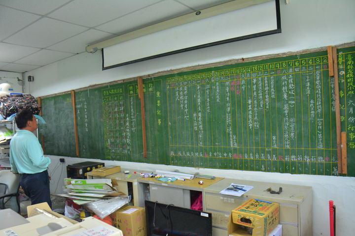 台南左鎮國小校舍即將改建,在辦公室牆上竟外發現26年前的「黑板行事曆」,引起廣大回響要求學校保留下來。記者吳淑玲/攝影