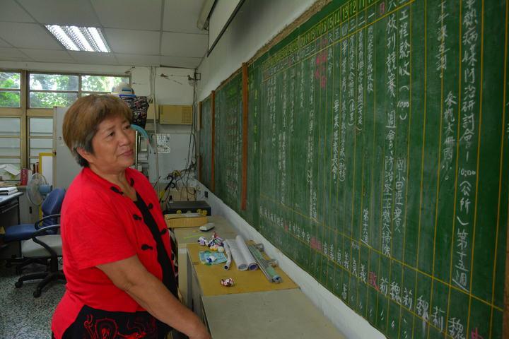 台南左鎮國小意外發現26年前的「黑板行事曆」,退休卓老師看著黑板上的記事有如走入時光隧道,一度紅了眼眶。記者吳淑玲/攝影
