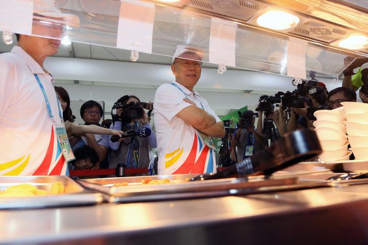 2017世大運選手村今開村,市長柯文哲對於餐廳品質讚不絕口。記者王敏旭/攝影
