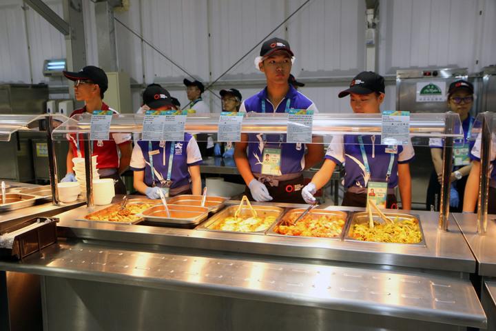 2017世大運選手村今開村,餐廳內竟有蒼蠅飛舞,配菜人員以手驅趕蒼蠅。記者王敏旭/攝影