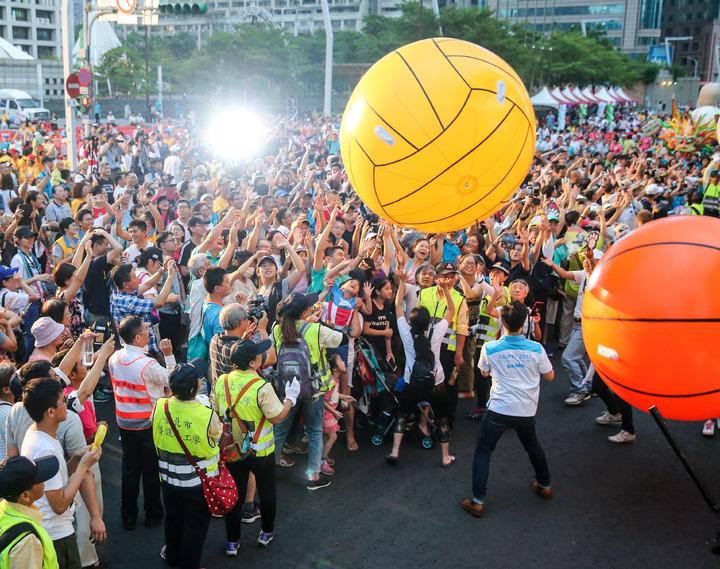 嘉年華中舉行祈福儀式,將寫有「希望、熱情、夢想、快樂」的四顆大球與民眾一同丟起,為世大運加油造勢。記者鄭清元/攝影
