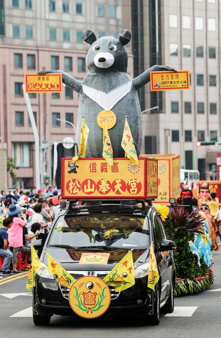 嘉年華中出現許多裝飾著熊讚的花車。記者鄭清元/攝影