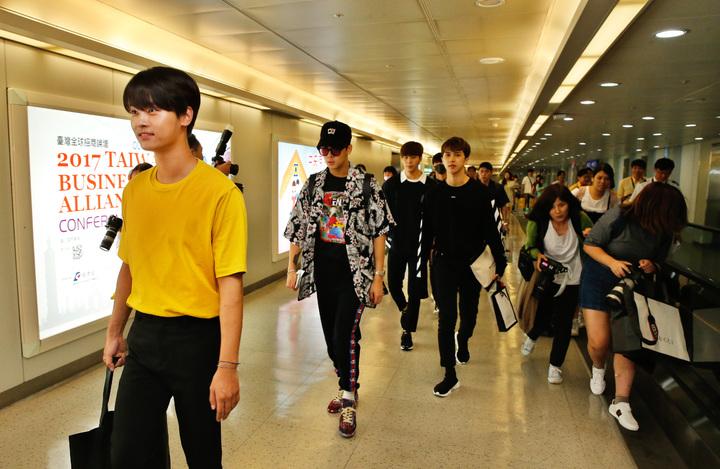 韓團VIXX傍晚抵台,同一班機有許多粉絲同行,在機場裡就上演了粉絲追拍的戲碼。記者鄭超文/攝影