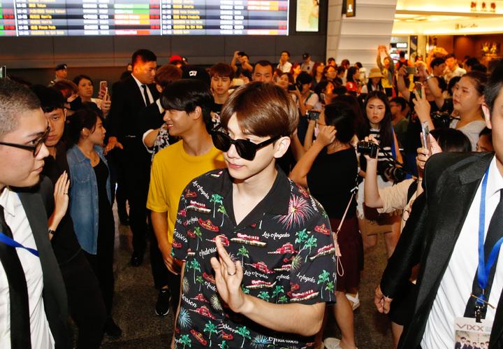 韓團VIXX傍晚抵台,近兩百位粉絲到機場接機。記者鄭超文/攝影