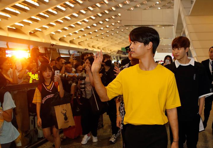 韓團VIXX傍晚抵台,近兩百位粉絲到機場接機,日前因天氣太熱而暈倒的隊長N(右二)帶領團員們一起入境,還親切地向粉絲們揮手致意。記者鄭超文/攝影