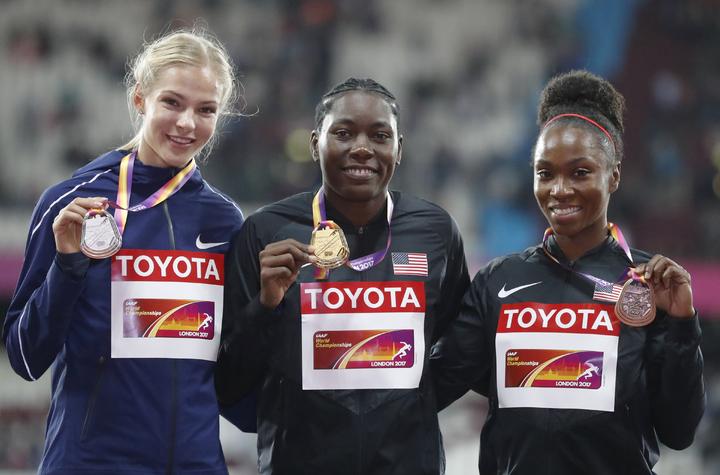 俄羅斯克莉席娜(左)與金牌美國瑞絲(中)、銅牌美國芭托莉塔領獎後合影。(美聯社)