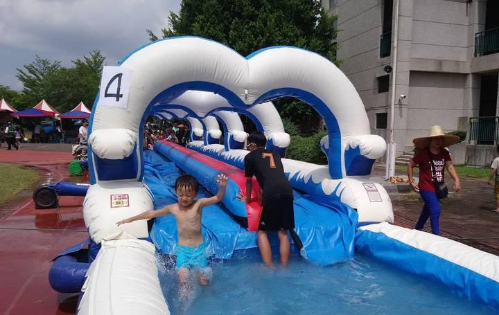昨天在嘉義縣大林三合國小的「何爺爺跳跳屋氣墊樂園」,讓孩童免費滑水、玩樂,現場歡笑聲不斷。記者卜敏正/攝影