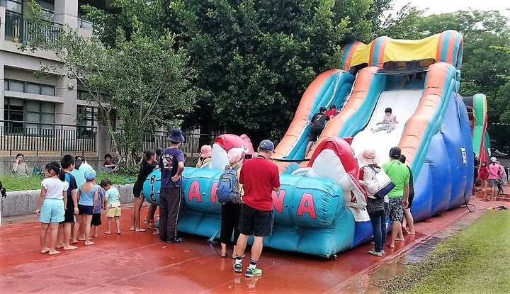 昨天在嘉義大林三合國小的「何爺爺跳跳屋氣墊樂園」,讓孩童免費滑水、玩樂,現場大排長龍、歡笑聲不斷。記者卜敏正/攝影
