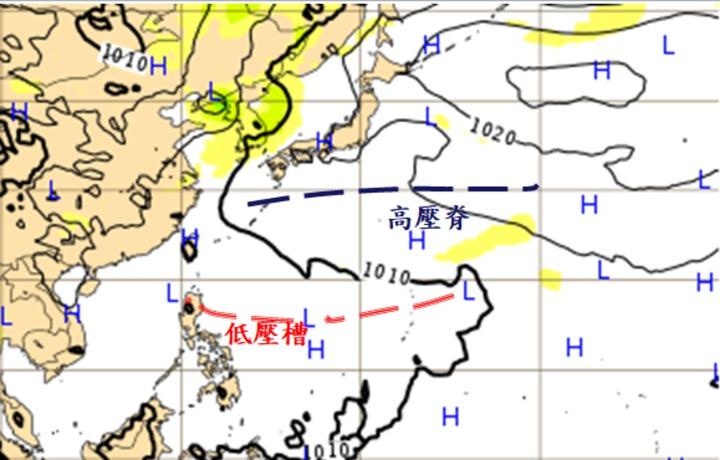 根據歐洲中期預報中心(ECMWF)模式模擬,21日20時地面圖顯示,太平洋高壓脊(藍虛線)已北移至日本南方海面。太平洋高壓南側菲律賓東方為低壓區,利於「熱帶擾動」發展,值得進一步觀察。圖/翻攝「三立準氣象‧老大洩天機」專欄網站