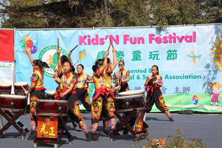 台中市霧峰光正國小醒獅戰鼓團在美國加州庫比蒂諾舉辦的國際童玩節表演,受到廣泛好評。記者黃寅/攝影