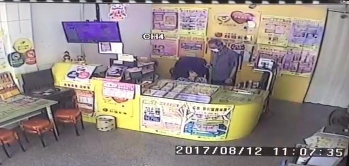 施男戴著口罩到鹿港鎮鹿和路一家彩券行內對身障的店員亮刀搶劫。圖/翻攝自監視器