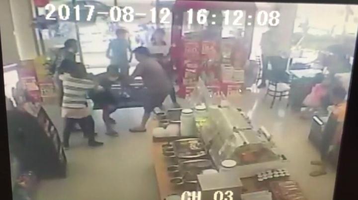 施男在超商搶劫,店員和顧客一起制伏他。圖/翻攝自監視器
