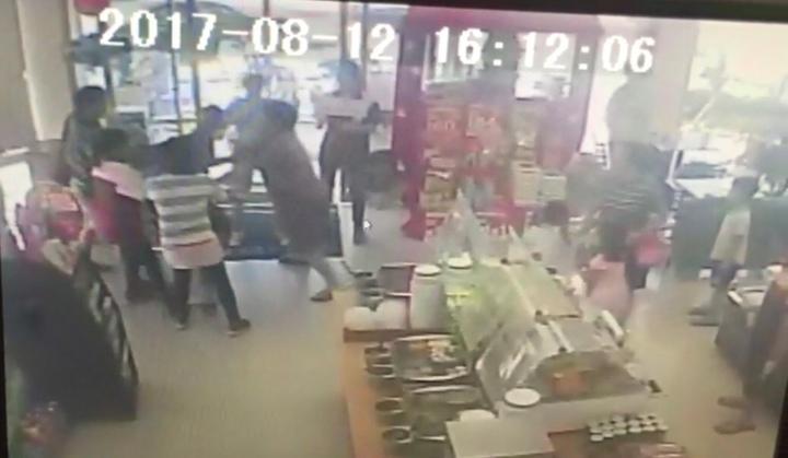 施男在超商搶劫,店員和顧客一起制伏他,一旁還有小孩圍觀。圖/翻攝自監視器