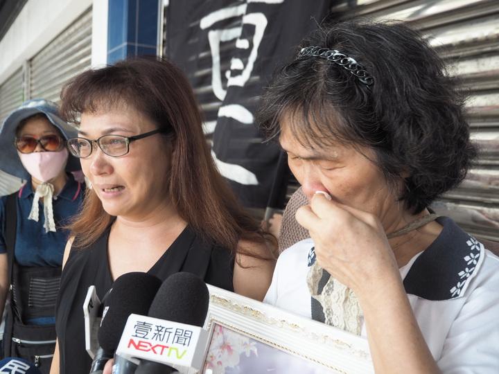 全聯員工羅玉芬身亡,妹妹(左起)、母親泣不成聲。記者喻文玟/攝影