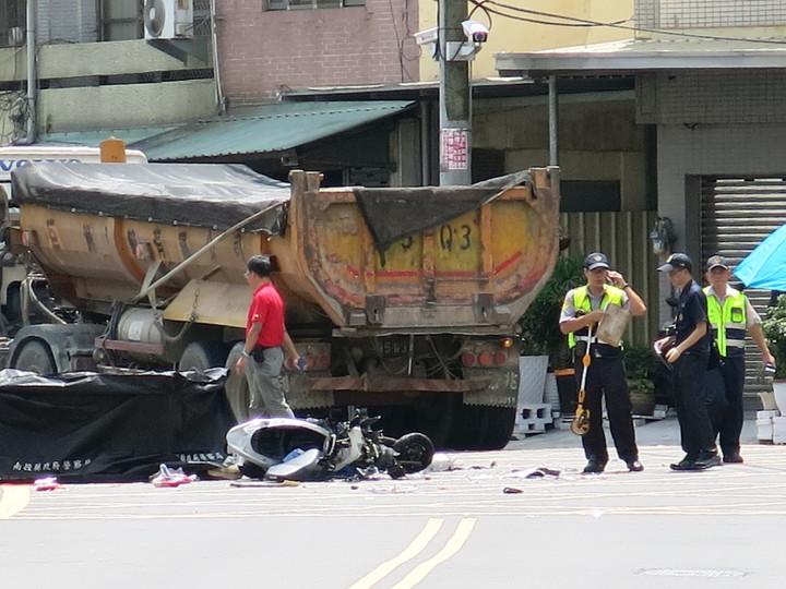 南投市東山路上午發生一起機車撞上砂石車的死亡車禍。記者黑中亮/攝影