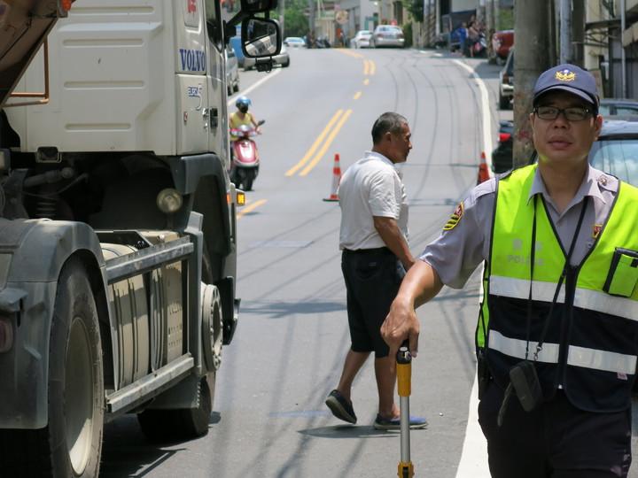 砂石車簡姓駕駛(著白上衣)表示無辜難過。記者黑中亮/攝影