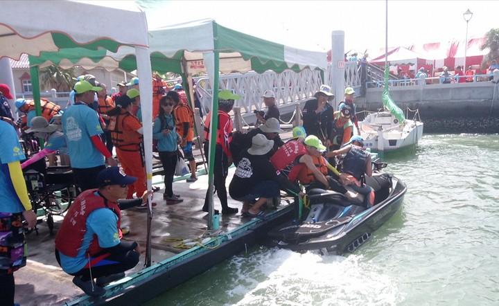 水中運動委員會協助肢障朋友騎乘水上摩托車。記者卜敏正/攝影
