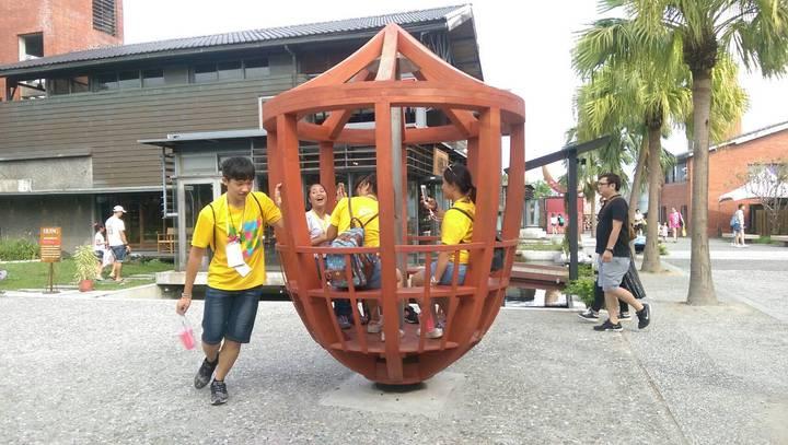 宜蘭傳藝園區巨大陀螺可以供7人坐入,旋轉時有如咖啡杯。圖/全聯善美的文化藝術基金會提供