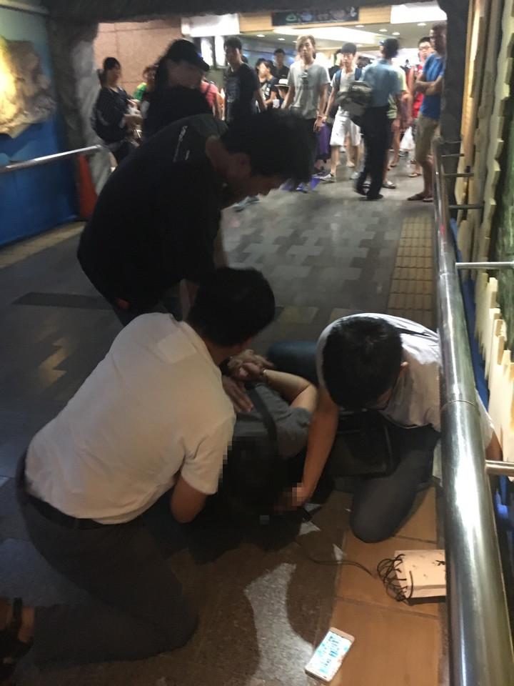 花蓮新城警分局員警昨天在人潮眾多的花蓮火車站圍捕通緝犯。圖/新城警分局提供