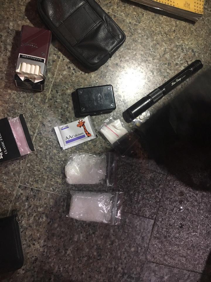 花蓮新城警分局員警從吳姓通緝犯身上搜出毒品。圖/新城警分局提供