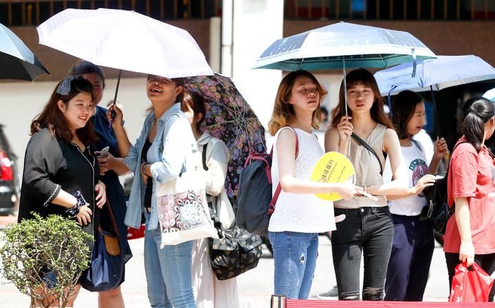 潘瑋柏今天下午在西門舉辦新專輯簽唱會,儘管北部天氣十分炎熱,粉絲仍撐著傘耐心等候。記者程宜華/攝影