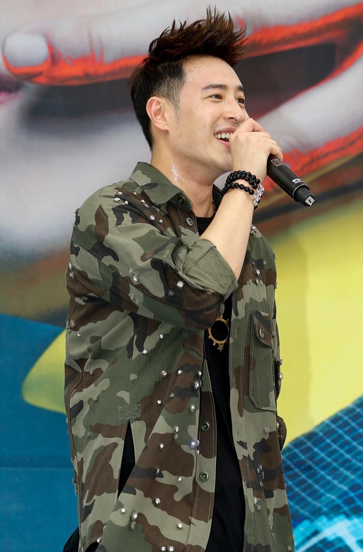 潘瑋柏今天下午在西門舉辦新專輯簽唱會,北部天氣十分炎熱,潘瑋柏又唱又跳一身汗。記者程宜華/攝影