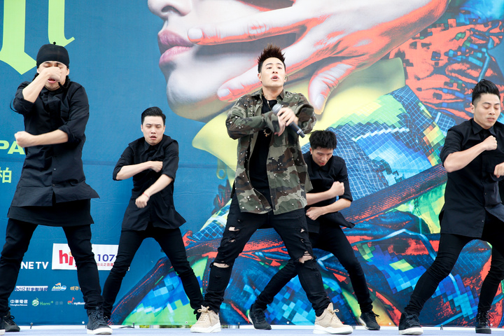 潘瑋柏(中)今天下午在西門舉辦新專輯簽唱會,一開場即帶來熱歌勁舞表演。記者程宜華/攝影