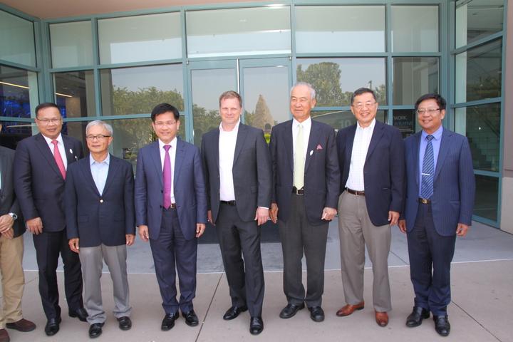 思科資訊科技副總裁張紹政(左二)負責接待台中市長林佳龍(左三)並介紹思考的成功經驗。記者黃寅/攝影
