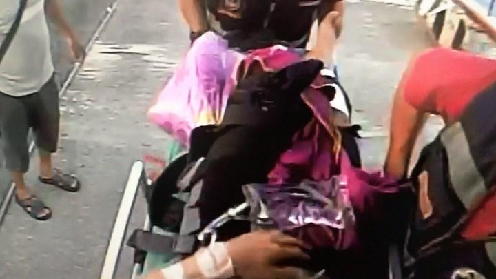 邱姓潛客發生斷腿意外後立即搭救護船送回本島東港急救(畫面為鏡像,左右相反)。記者蔣繼平/翻攝